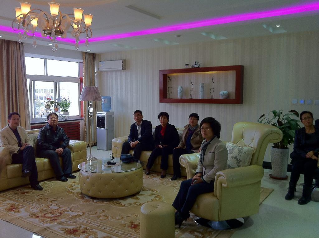 参观客人在听取专业教师对物联网技术实训室的介绍
